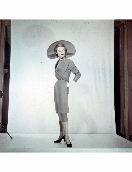 Women's Collections Spring 1951 By Fashion Designers Of Paris. A Paris, dans un studio, un mannequin présente pour LANVIN, une robe de lainage à la coupe dite 'Croque-monsieur', avec un chapeau capeline