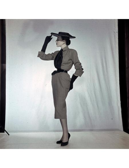 Women's Collections Spring 1951 By Fashion Designers Of Paris. A Paris, dans un studio, un mannequin présente pour PIGUET, la robe modèle 'Quartier Latin' à la ligne fuselée, avec une chapeau plat au bord large