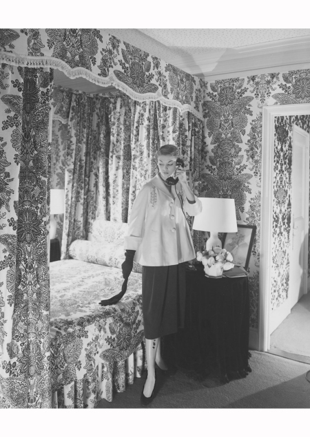 Jean Patchett in Mainbocher in C beaton apartament at the Sherry-Netherland Vogue may 1950 © Cecil Beaton