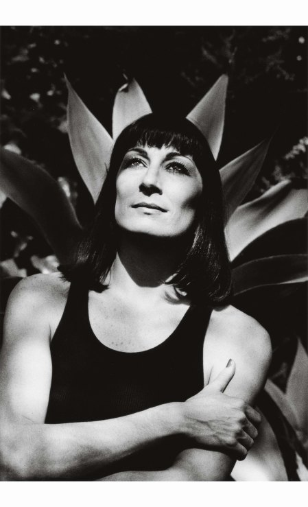 anjelica-huston-as-photographed-by-helmut-newton-in-los-angeles-in-1986