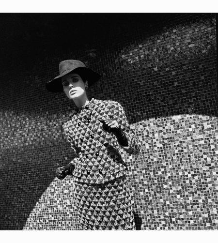 french-elle-september-2-1965-%22les-manteaux-arts-modernes-%22-coat-by-pierre-cardin