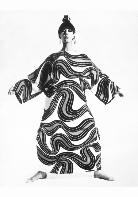 peggy-moffit-fotografata-da-william-claxton-1967-caftano-%22sumo%22