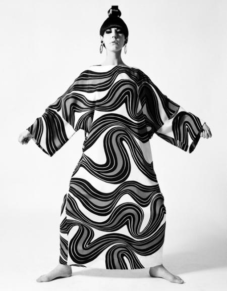 peggy-moffit-fotografata-da-william-claxton-1967-caftano-%22sumo%22_orig