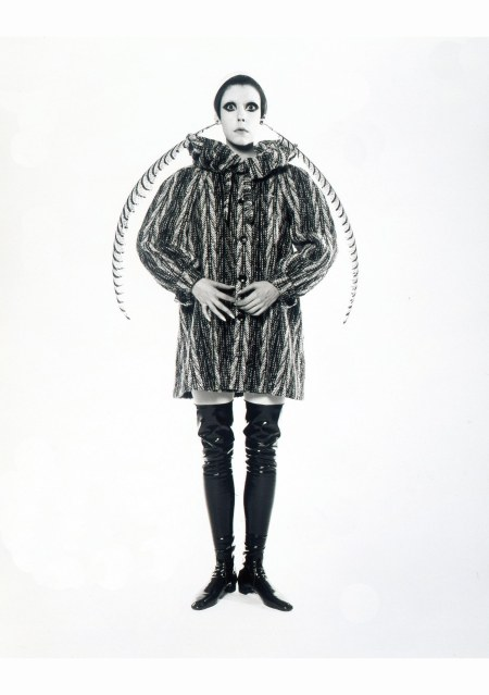 peggy-moffit-fotografata-da-william-claxton-1967-cappotto-pierrot-in-tweed