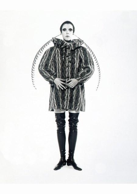 peggy-moffit-fotografata-da-william-claxton-1967-cappotto-pierrot-in-tweed