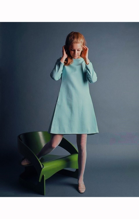model-lynn-johnson-wears-a-pale-blue-trapeze-dress-with-welt-seams-by-claret-she-rests-her-right-leg-on-joe-colombos-green-plywood-curve-chair-at-design-international-research-mademoiselle-1967-b