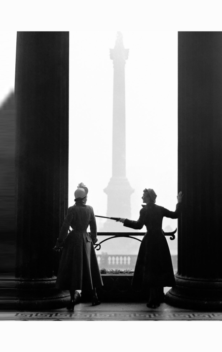 new-look-at-the-national-gallery-wenda-parkinson-and-barbara-goalen-in-hardy-amies-and-molyneux-1949-photo-norman-parkinson