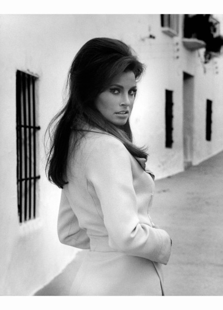 raquel-welch-jo-raquel-tejada-in-a-street-of-the-city-shes-in-spain-to-shoot-the-film-phatom-malaga-1965
