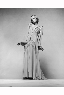 twiggy-wearing-a-1930s-style-evening-dress-in-a-promotional-shot-for-ken-russells-the-boy-friend-1970-justin-de-villeneuve-a-1970-a