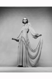 twiggy-wearing-a-1930s-style-evening-dress-in-a-promotional-shot-for-ken-russells-the-boy-friend-1970-justin-de-villeneuve-a-1970-a1