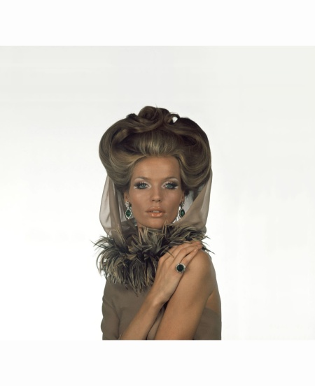 verushka-with-white-silver-eye-makeup-and-gold-face-and-body-makeup-by-olga-a-boa-of-pheasant-feathers-wraps-her-neck-and-a-brown-organza-veil-by-valentino-bulgari-jewely-hair-by-alba-e-francesca-1
