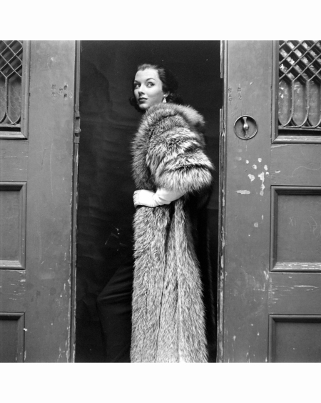 vikki-dougan-in-a-nine-foot-long-fox-stole-by-ritter-brofashions-long-haired-furs-1953-gordon-parks-vbnh-long
