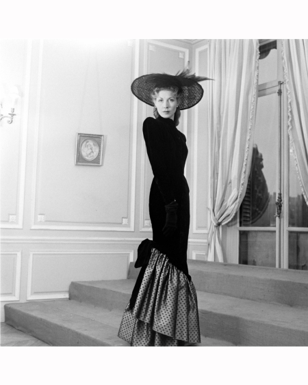 a-woman-modelling-a-fancy-evening-dress-designed-by-jacques-fath-1951-nina-leen-copia