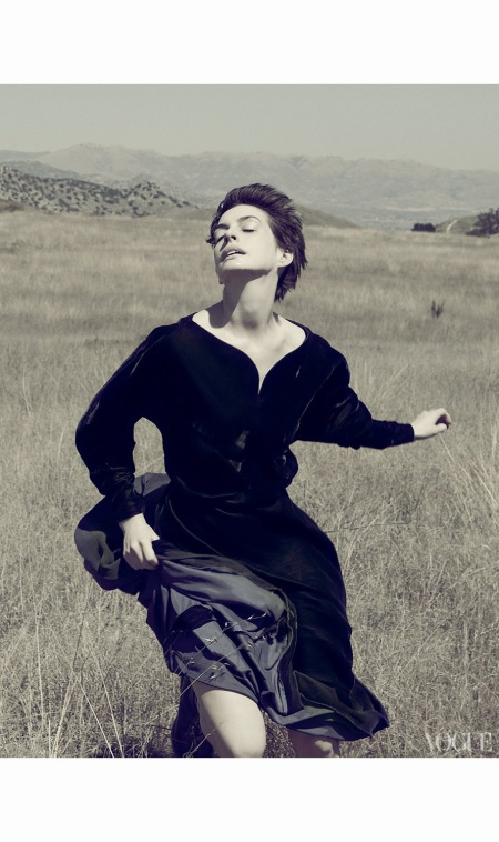 anne-hataway-leap-of-faith-valentino-vogue-us-2012-annie-leibovitz-b