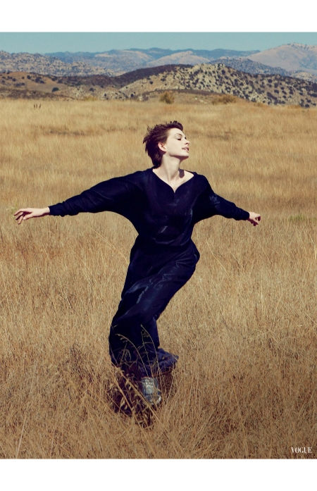 anne-hataway-leap-of-faith-valentino-vogue-us-2012-annie-leibovitz