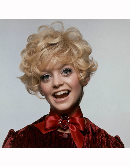 goldie-hawn-in-a-burgundy-velvet-dress-by-weber-originals-a-satin-ribbon-tied-in-a-bow-at-neck-with-a-pin-by-bergere