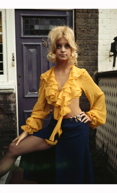 goldie-hawn-standing-in-a-front-garden-circa-1970-terry-oneill