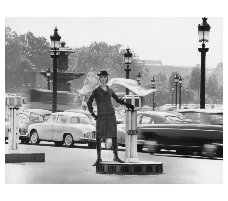 gunel-person-on-the-place-de-la-concorde-ensemble-by-pierre-cardin-paris-1963-photo-f-c-gundlach