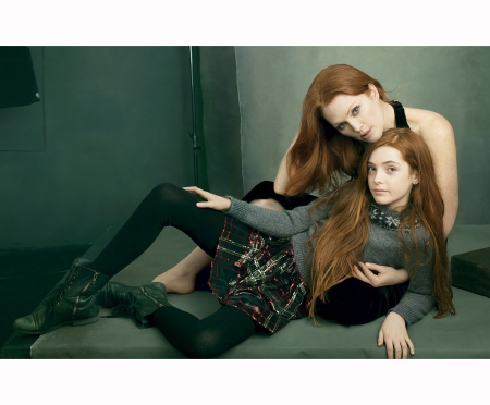 julianne-moore-liv-freundlich-her-daughter-%22fire-starter%22-vogue-aug-2014-annie-leibovitz