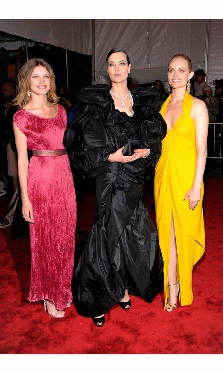 natalia-vodianova-shalom-harlow-and-amber-valletta-attend-%22the-model-as-muse-embodying-fashion%22-costume-institute-gala-at-the-metropolitan-museum-of-art-in-2009-larry-busacca