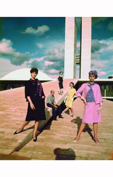 oscar-niemeyer-posa-com-modelos-no-congresso-nacional-1960-otto-stupakoff