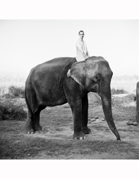 posing-on-an-elephant-in-chitwan-national-park-kate-moss-nepal%22-vogue-uk-1994-arthur-elgort