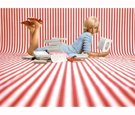 sylvie-vartan-reading-on-red-stripes-paris-1964-jean-marie-perier-b