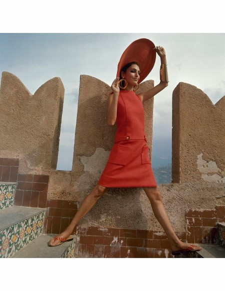 benedetta-barzini-straddles-tile-steps-of-the-castello-san-nicola-outside-palermo-sicily-wearing-a-dress-with-brass-buttoned-belt-and-low-pockets-by-teal-traina-vogue-1967-henry-clarke
