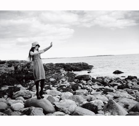coco-rocha-gazes-out-to-sea-arthur-elgort-vogue-september-2006