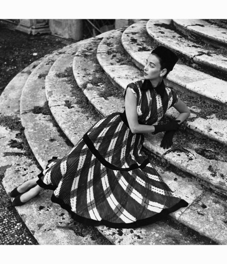 dorian-leigh-in-a-sweeping-plaid-finely-pleated-dress-by-giovannelli-sciarra-rome-1952-genevieve-naylor