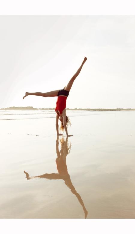 gisele-bundchen-cartwheels-on-a-stretch-of-flat-sand-vogue-april-2010-patrick-demarchelier-vogue-april-2010