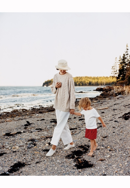 marina-rust-walks-with-her-son-vogue-june-2006-francois-halard
