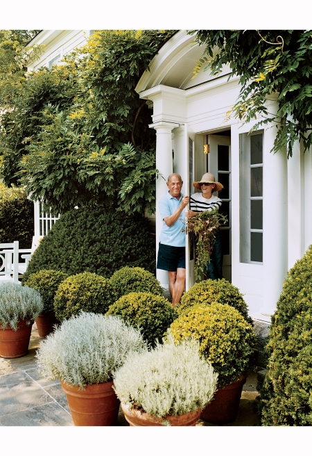 oscar-and-annette-de-la-renta-at-the-door-of-their-connecticut-country-house-vogue-december-2006-fracois-halard