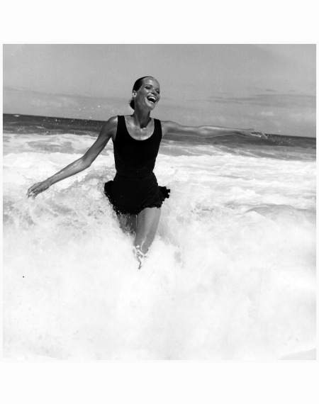 veruschka-splashing-in-the-ocean-american-vogue-brazil-1968-franco-rubartelli-a2