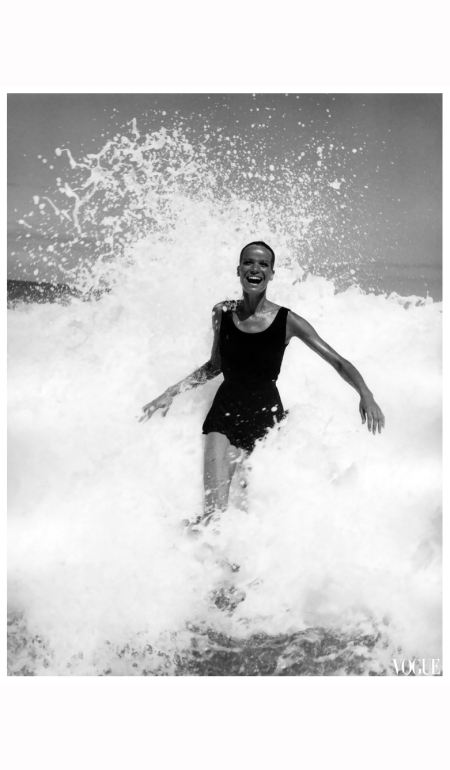 veruschka-splashing-in-the-ocean-american-vogue-brazil-1968-franco-rubartelli