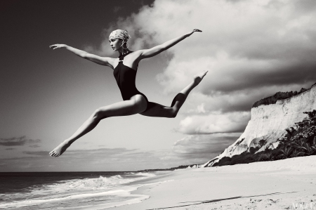 2012-karlie-kloss-photographed-by-mario-testino-for-vogue-july-2012-big
