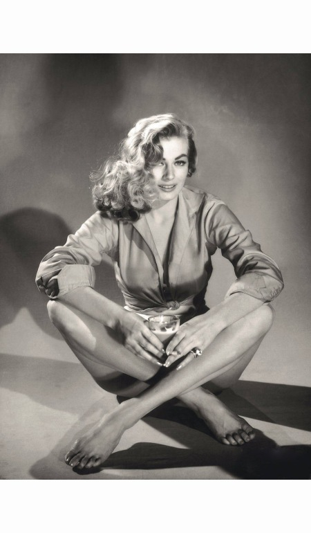anita-ekberg-sat-down-with-crossed-legs-poses-in-a-photo-studio-1956