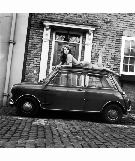 charlotte-rampling-sul-tetto-di-una-mini-cooper-durante-un-servizio-fotografico-nel-1967-john-pratt