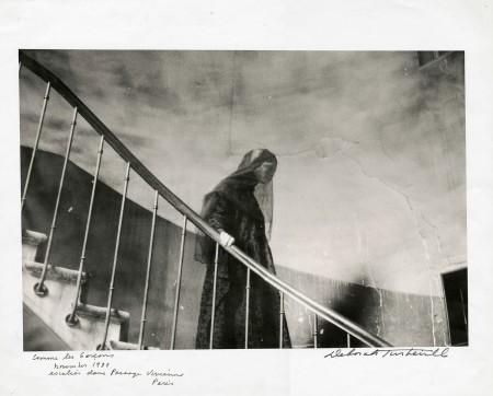 comme-des-garcons-escalier-dans-passage-vivienne-paris-november-1980-veiled-model-in-black-descending-staircase-deborahn-turbeville