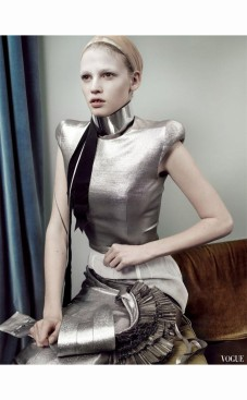 lara-stone-in-boudicca-spring-2007-haute-couture-for-white-light-white-heat-vogue-uk-may-2007