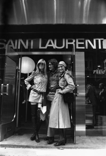lo-stilista-francese-yves-saint-laurent-posa-con-le-sue-muse-e-amiche-betty-catrox-a-sinistra-e-louise-de-la-falaise-fuori-dal-suo-nuovo-negozio-in-new-bond-street-londra-1969