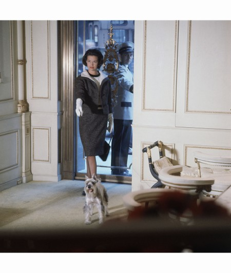 miss-gloria-vanderbilt-aka-mrs-sidney-lumet-entering-the-house-of-revlon-on-fifth-avenue-in-nyc-wearing-a-wool-tweed-suit-walking-her-dog-vogue-august-1961-horst-p-horst