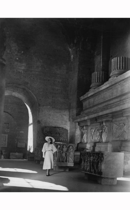 modello-antonelli-e-cappello-clelia-venturi-al-museo-delle-terme-di-diocleziano-roma-1948-in-i-tessili-nuovi-pasquale-de-antonis