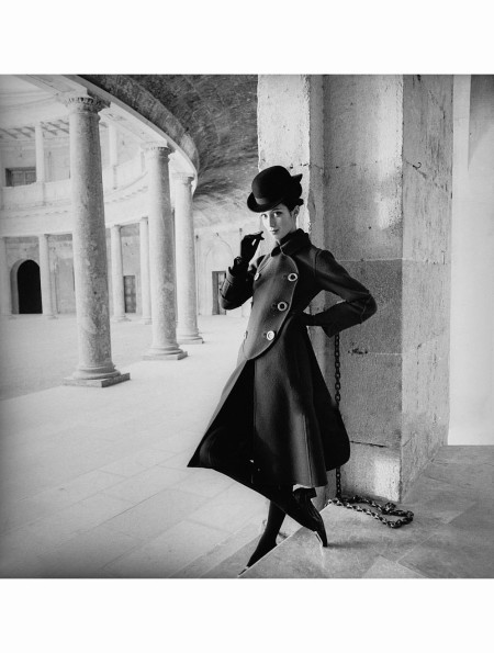 outtake-moyra-swan-stands-in-the-carlos-v-palace-rotunda-in-granada-spain-wearing-a-elio-bernhanyer-double-faced-wool-coat-with-roger-vivier-shoes-vogue-october-1968-henry-clarke