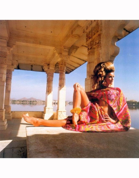 samantha-jones-in-udaipur-india-beneath-marble-colonnade-at-dunbar-hall-of-jag-mandir-palace-wearing-bare-midriff-print-pyjama-by-forquet-vogue-1967-henry-clarke