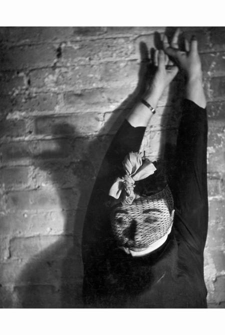 valeska-gert-1940-leska-gert-era-unamica-di-lisette-model-faceva-lattrice-qui-e-immortalata-in-una-posa-espressionista-che-si-rifa-al-cinema-del-regista-viennese-fritz-lang-lisette-model