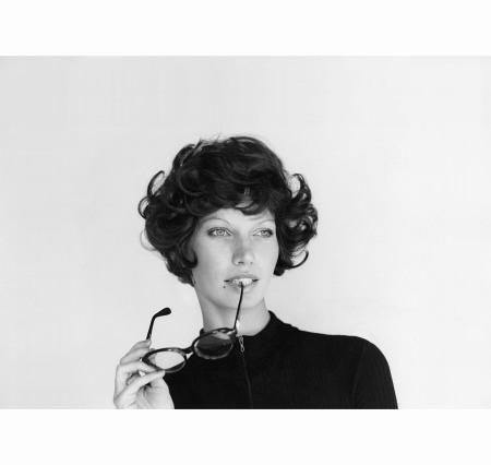 veruschka-in-a-short-flippy-wig-by-alvah-holding-glasses-at-her-lip-vogue-1971-gianni-penati