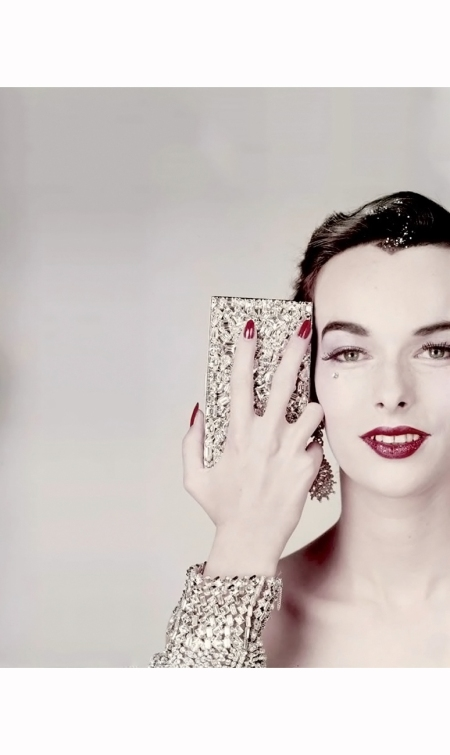victoria-von-hagen-with-minaudiere-by-evans-bracelet-from-henri-bendel-earrings-by-ledo-vogue-us-october-15-1952-erwin-blumenfeld