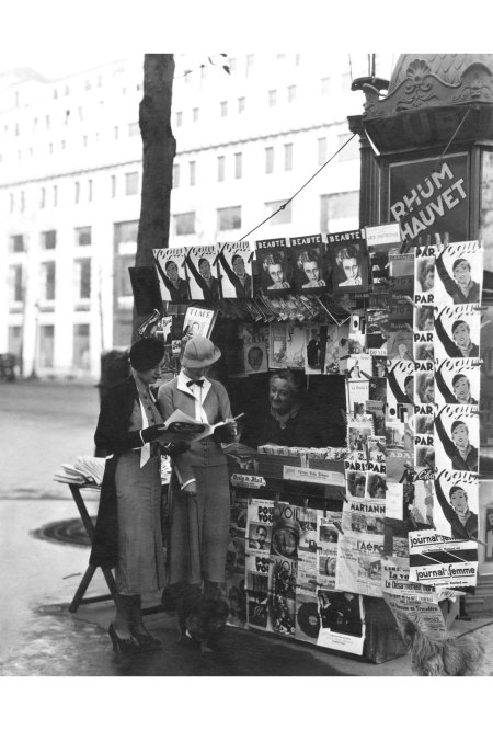 two-fashionable-women-stop-to-read-the-latest-vogue-champs-elysees-vogue-may-1933-george-hoyningen-huene