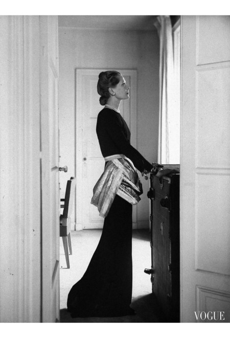 Mrs. John C. Wilson, photographed in Paris of the sari dresses, which Mainbocher made for her in New York Vogue, July 1947 © Donald Honeyman copia